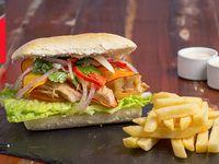 Sándwich Maldito chicharrón con papas fritas