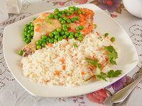Pollo arvejado + guarnición + gaseosa 220 ml + pan + cubierto