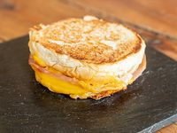 Tostado de lomito ahumado, queso cheddar y huevo a la plancha en pan brioche