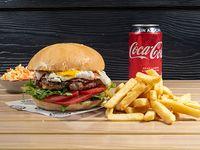 Combo - Hamburguesa Caracas + papas fritas + bebida en lata o Nestea + ensalada coleslaw