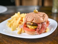 Doble hamburguesa con salsa de queso cheddar + papas fritas