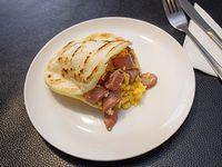 Arepa con vienesa y huevo