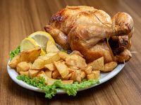 Pollo al spiedo con guarnición de papas fritas