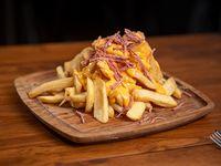 Papas fritas con salsa cheddar y panceta