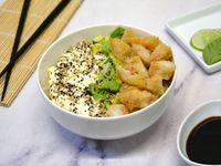Sushi salad langostinos rebozados, palta y phila