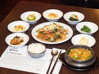 Combo 2 - Japchae  + arroz + 7 banchan (guarniciones) + sopa de soja coreana