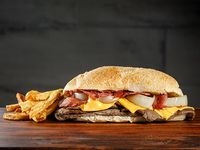 Promo - Sándwich de 180 g de carne a elección con lechuga, tomate y queso gratinado en pan francés + papas fritas chicas
