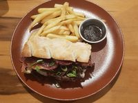 Sándwich french dip con papas rústicas