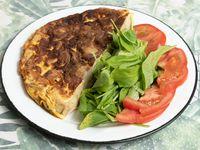 Porción de tortilla con ensalada