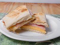Sandwich clasico de jamon cocido y queso