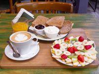 Promo - Café con leche o té, jugo de naranja, plato de frutas, tostadas con queso blanco y mermelada