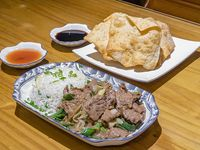 Carne mongoliana con arroz chaufán + wantán (5 unidades)