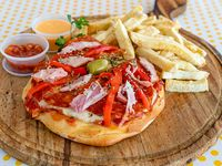 Hamburpizza con salsa, muzzarella, cantimpalo, panceta y papas