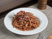 Spaghettis con verduras al wok, semillas y salsa de soja