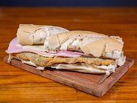 Sándwich de milanesa con jamón y queso