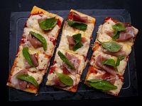 Pizza con Muzzarella, Jamón Crudo y Albahaca