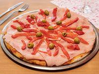 Pizza con muzzarella con jamón y morrones
