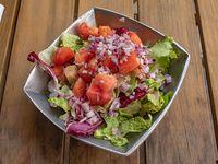 Mix de hojas verdes, tomate y cebolla