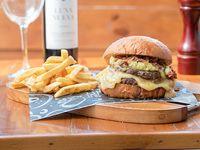 Burger latinmix con papas fritas