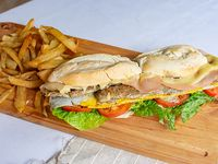 Sándwich de milanesa de ternera completo completo con guarnición  (para dos personas)
