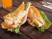 Sándwich de milanesa súper (lechuga, tomate, jamón, queso y huevo)
