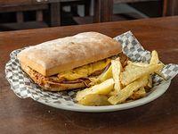 Sándwich cibatta de bondiola con papas rusticas