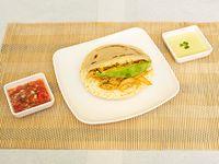 Arepa con Pollo 100 gr y Queso + Aguacate y Salsa