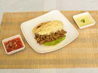 Arepa con Carne 100 gr y Queso + Aguacate y Salsa