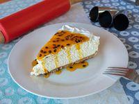 Trozo de cheesecake con salsa de maracuyá