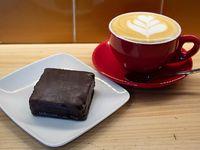 Desayuno 3 - Barra vegana de mantequilla de maní, avena integral y datil cubierto de chocolate negro + capuccino 150 ml