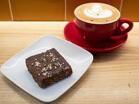Desayuno 2 - Barra vegana de sésamo, amaranto, crema de coco y chocolate + mokaccino 200 ml