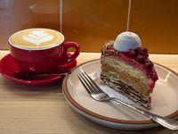Once 1 - Torta isadora (hojarasca, frambuesa, manjar y crema pastelera) + capuccino 150 ml