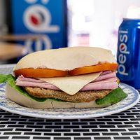 Promo - Sándwich de milanesa completo + gaseosa en lata 240ml