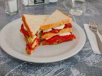 Sándwich de guacamole, tomates asados y boconccinos