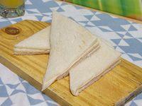 Sándwich de miga triple de jamón y queso