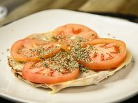 Lehmeyún con muzzarella, tomate y orégano