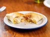 Empanada al horno de jamón, queso y ananá