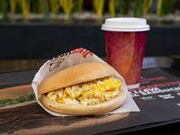 Sándwich huevo + café
