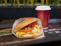 Sándwich huevo tomate + café