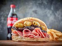 Sándwich de jamón crudo, tomates secos, olivas y queso crema en pan bagel + papas fritas + gaseosa de 500 ml