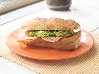 Sándwich de milanesa de carne o pollo con lechuga, tomate, jamón y queso