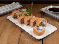 Roll con salmón, queso crema y cebollín