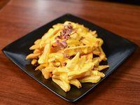 Papas fritas con salsa cheddar y chips de panceta