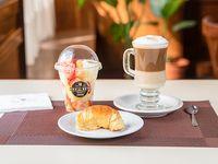 Combo Office 2 - Cappuccino + vaso de frutas naturales + medialuna