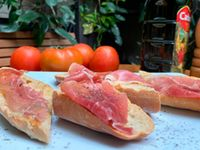 Pan con Jamón Serrano y Tomate