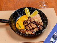 Molleja crocante con crema ahumada de calabacín, pan de ajo y limón