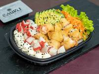 Ensalada Poked mixto con base de arroz de sushi