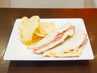 Sándwich con jamón cocido y queso