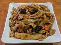 Pollo con bambú y hongos