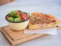 Tarta de manzana, lomito y queso gruyere con ensalada